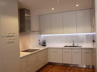 Cozinha Lacada por Cozicentro Lda Moderno