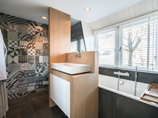 Masters of Interior Design Modern bathroom Wood Grey