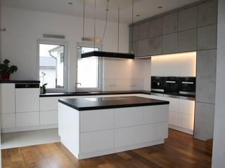 Impressionen aus unserem Ausstellungshaus: moderne Küche von Ebbecke GmbH - excellent einrichten