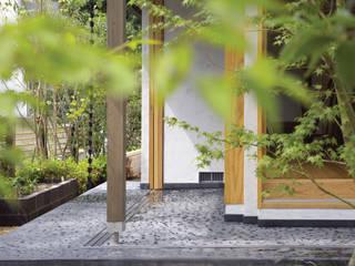 土間テラス: 環アソシエイツ・高岸設計室が手掛けたバルコニー&ベランダ&テラスです。