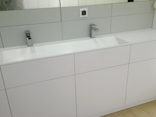 Zabudowa łazienkowa na wymiar - szafka i podwójna umywalka z odpływem liniowym. Minimalistyczna łazienka od Luxum Minimalistyczny