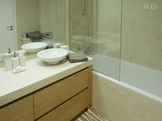 WC Corredor | Depois: Casas de banho  por MUDA Home Design