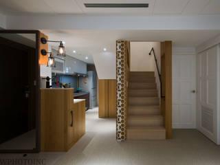 Pasillos, halls y escaleras escandinavos de 藻雅室內設計 Escandinavo