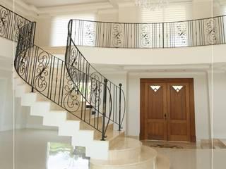 Escadas diversificam a decoração. Corredores, halls e escadas modernos por Granitos.com Moderno