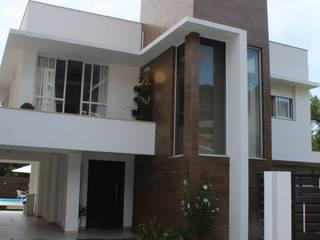 Fachada frontal Casa CH: Casas  por Helena Cristina Vieira Arquitetura