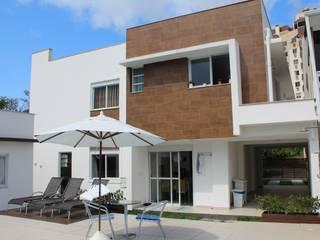 Fachada posterior Casa CH: Casas  por Helena Cristina Vieira Arquitetura