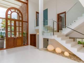 homify Pasillos, vestíbulos y escaleras de estilo mediterráneo