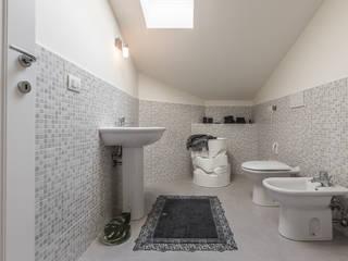 Il fascino particolare e discreto della mansarda Bagno minimalista di Bologna Home Staging Minimalista