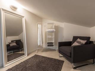 Il fascino particolare e discreto della mansarda Spogliatoio minimalista di Bologna Home Staging Minimalista