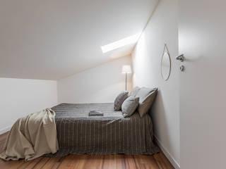 Il fascino particolare e discreto della mansarda Camera da letto minimalista di Bologna Home Staging Minimalista