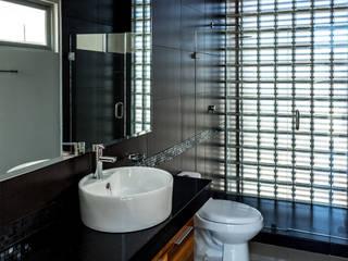 Modern bathroom by GENETICA ARQ STUDIO Modern