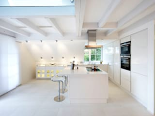 Planungsbüro für Innenarchitektur モダンな キッチン 白色