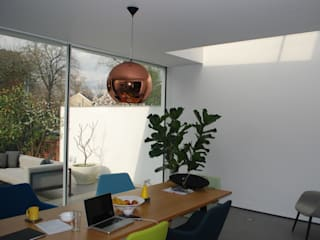 College Road, Manchester. Moderne woonkamers van Studio Maurice Shapero Modern