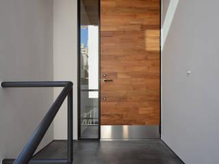 青葉台KM邸: 遠藤誠建築設計事務所(MAKOTO ENDO ARCHITECTS)が手掛けた廊下 & 玄関です。