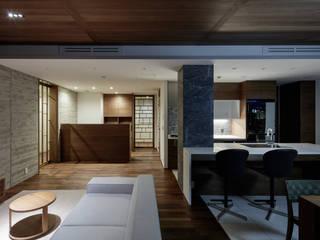 现代客厅設計點子、靈感 & 圖片 根據 カトウアーキテクトオフィス 現代風