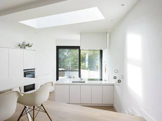 Minimalist kitchen by White Door Architects Minimalist
