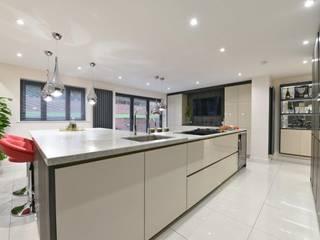 Mr and Mrs Sarwal's Kitchen:  Kitchen by Diane Berry Kitchens