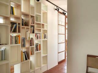Scandinavian style corridor, hallway& stairs by 築築空間 Scandinavian