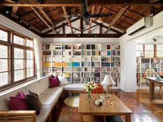 Salas / recibidores de estilo  por 築築空間