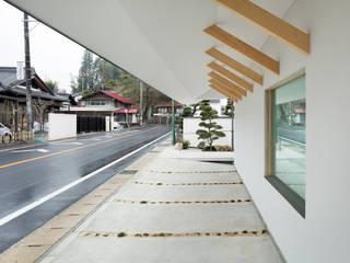 ドーマー窓の家: 富永大毅建築都市計画事務所が手掛けたガレージです。