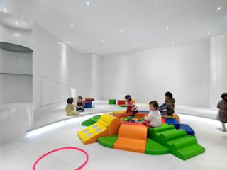 Modern nursery/kids room by 築築空間 Modern