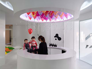 Dormitorios infantiles modernos: de 築築空間 Moderno