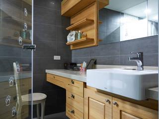 以玻璃門隔開衛浴區,創造視覺延伸感 青瓷設計工程有限公司 Country style bathroom