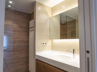 Bocetto Interiorismo y Construcción Minimalist style bathrooms Ceramic Wood effect
