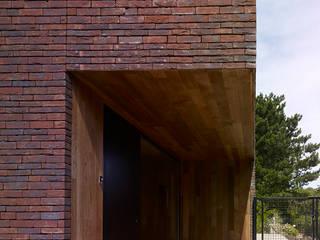 Minimalist houses by White Door Architects Minimalist