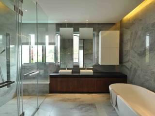 homify Tropical style bathroom