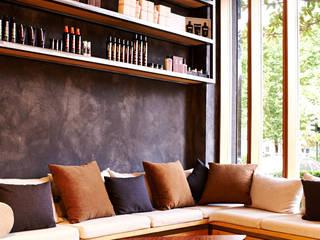 Diseño y fabricación  Mobiliario a base de hierro y madera derribo en modulo estanterías: Oficinas y Tiendas de estilo  de Lumasa Proyectos