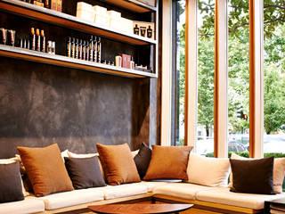 Diseño de bancada a medida a base de hierro y maderas de derribo. Tapicerías desenfundables y lavables.: Oficinas y Tiendas de estilo  de Lumasa Proyectos