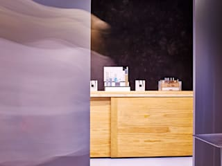 Diseño y fabricacion de paneles corredores lacados y diseño y fabricación de Maxi aparador con puertas correderas.: Oficinas y Tiendas de estilo  de Lumasa Proyectos