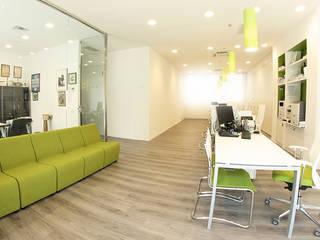 Ufficio Abacus Intermedia srl: Complessi per uffici in stile  di Progetto Kiwi Architettura, Moderno