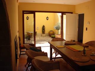 Salas de jantar mediterrânicas por Chiarri arquitectura Mediterrânico