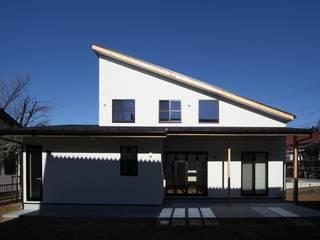 Skandynawskie domy od 加門建築設計室 Skandynawski
