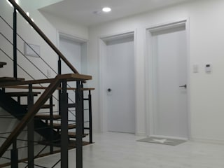 Pasillos, vestíbulos y escaleras de estilo moderno de 인우건축사사무소 Moderno