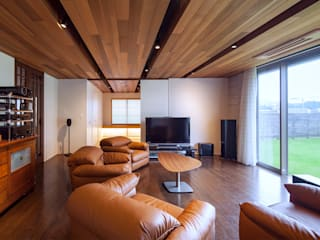 T11-house Renovation [ The house in the trees ]: Architect Show co.,Ltdが手掛けたリビングです。