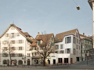Vom Platz aus gesehen.: moderne Häuser von Lando Rossmaier Architekten AG
