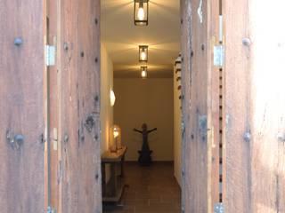 Ein Ferienhaus als Hideaway auf Mallorca Mediterraner Flur, Diele & Treppenhaus von AID-Studio Mediterran