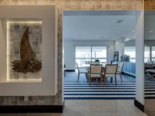 APARTAMENTO PRAIANO: Corredores e halls de entrada  por Marcia Debski Ferreira Designer de Interiores