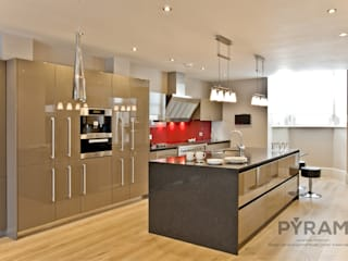 Stunning kitchen project in gloss clay lacquer: modern Kitchen by Pyram