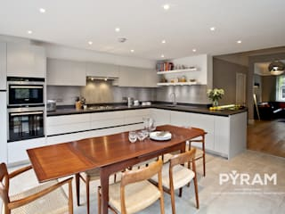 Traditionally designed handleless kitchen: eclectic Kitchen by Pyram