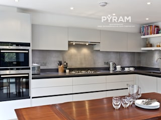 Traditionally designed handleless kitchen:  Kitchen by Pyram