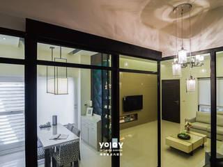 Couloir, entrée, escaliers asiatiques par 有容藝室內裝修設計有限公司 Asiatique