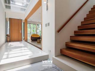 Couloir, entrée, escaliers scandinaves par 有容藝室內裝修設計有限公司 Scandinave