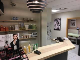 Rénovation d'un salon de beauté, plan de travail et tablettes bois massif live-edge:  de style  par AG¨ / AGtrema