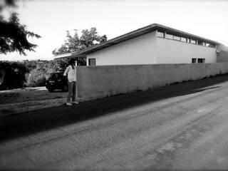 Moradia unifamiliar - construção de baixo custo/custos controlados.: Casas modernas por Cidades Invisíveis, arquitectura e design Lda.