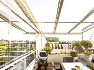 Großflächige Terrassenüberdachung aus Aluminium & Glas Schmidinger Wintergärten, Fenster & Verglasungen Moderner Balkon, Veranda & Terrasse Glas Grau