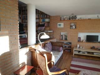 Moradia Unifamiliar - construção de custos controlados/elevada eficiência energética Salas de estar mediterrânicas por Cidades Invisíveis, arquitectura e design Lda. Mediterrânico